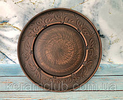 Керамическая тарелка из глины d 24 см c резьбой