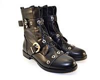 Демисезонные женские ботинки с ремешками из кожзама черного цвета