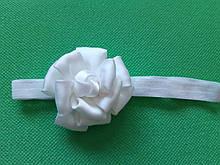 Повязка для ребенка белая - цветок 7см, размер универсальный (на резинке)