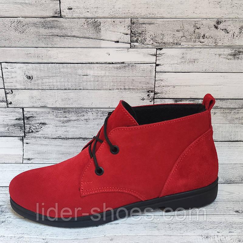 Замшевые женские ботинки красного цвета