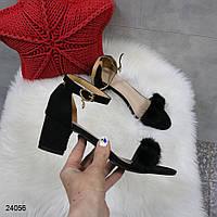 Замшевые босоножки черного цвета на каблуке с пушком для женщин