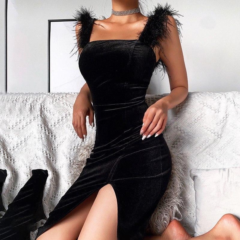 Черное бархатное платье по фигуре с крупными перьями на плечах 83py1551