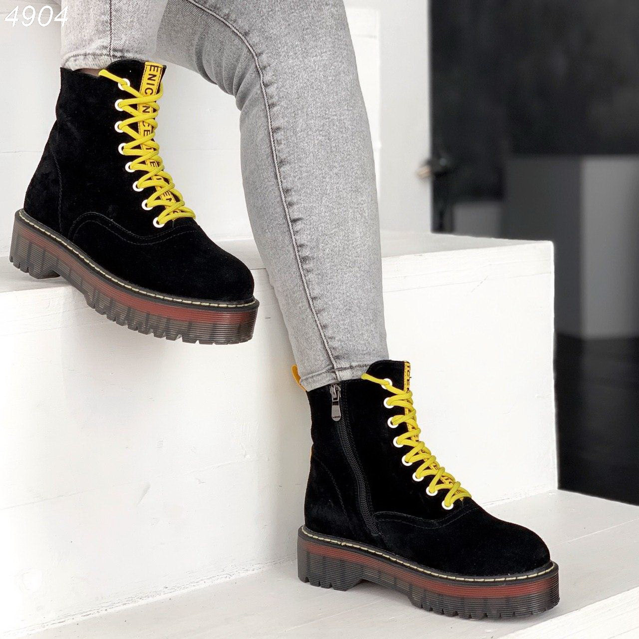 Женские черные замшевые ботинки на завышенной подошве и с желтыми шнурками BO4904