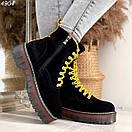 Женские черные замшевые ботинки на завышенной подошве и с желтыми шнурками BO4904, фото 4