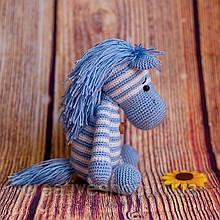 """Вязаная игрушка """"Полосатая лошадка голубая"""""""