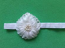 Повязка для девочки белая - размер цветка 7см, размер универсальный (на резинке)