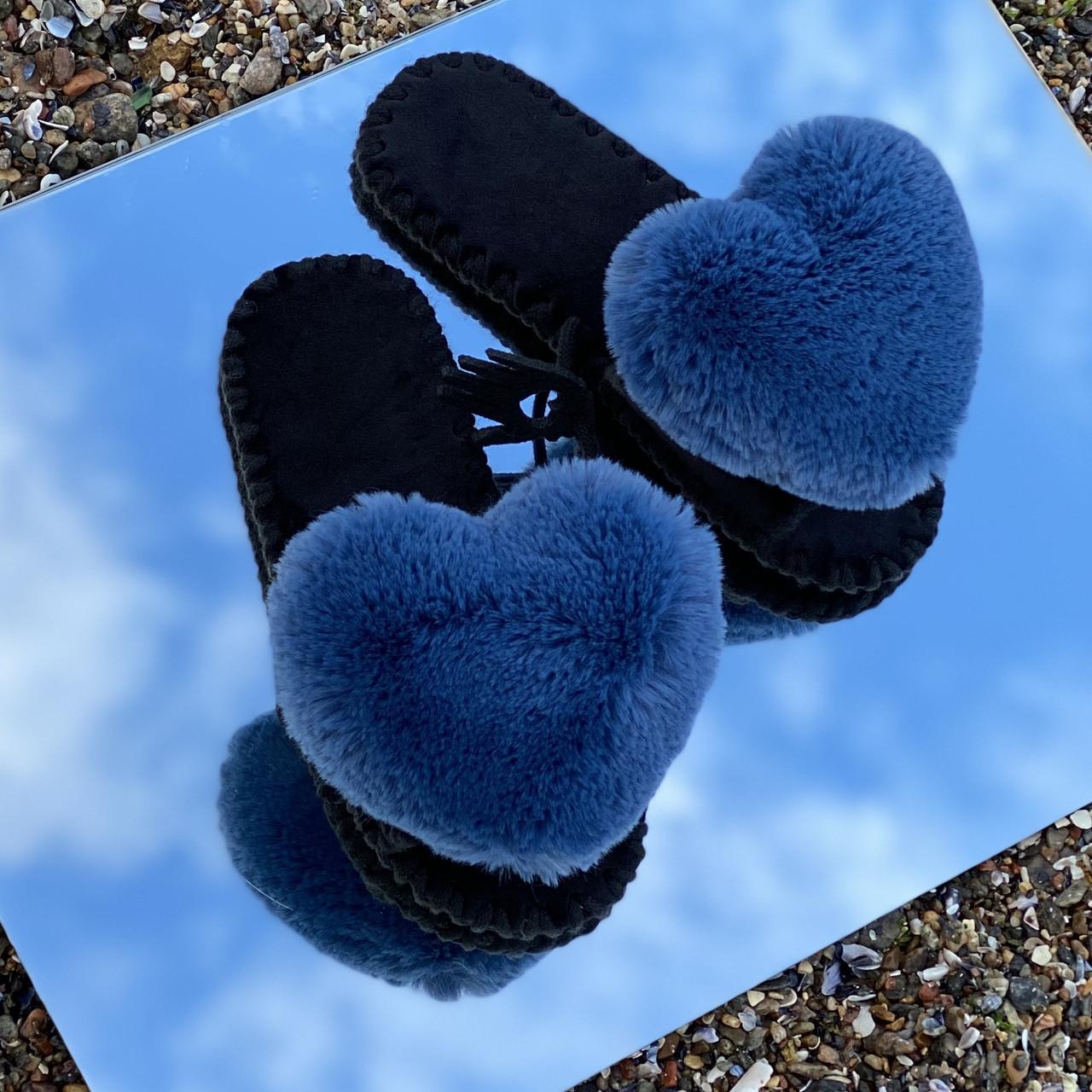 Женские фетровые тапочки с сердечками из эко - меха кролика (синего цвета)