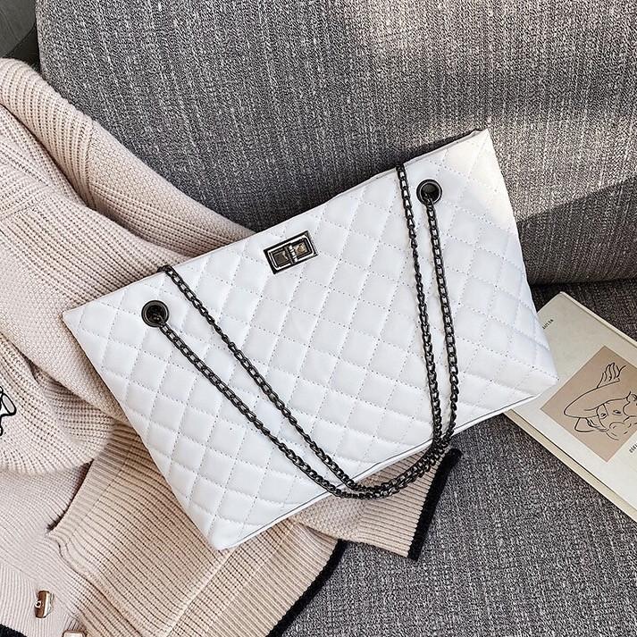 Женская большая классическая сумка шопер на цепочке белая