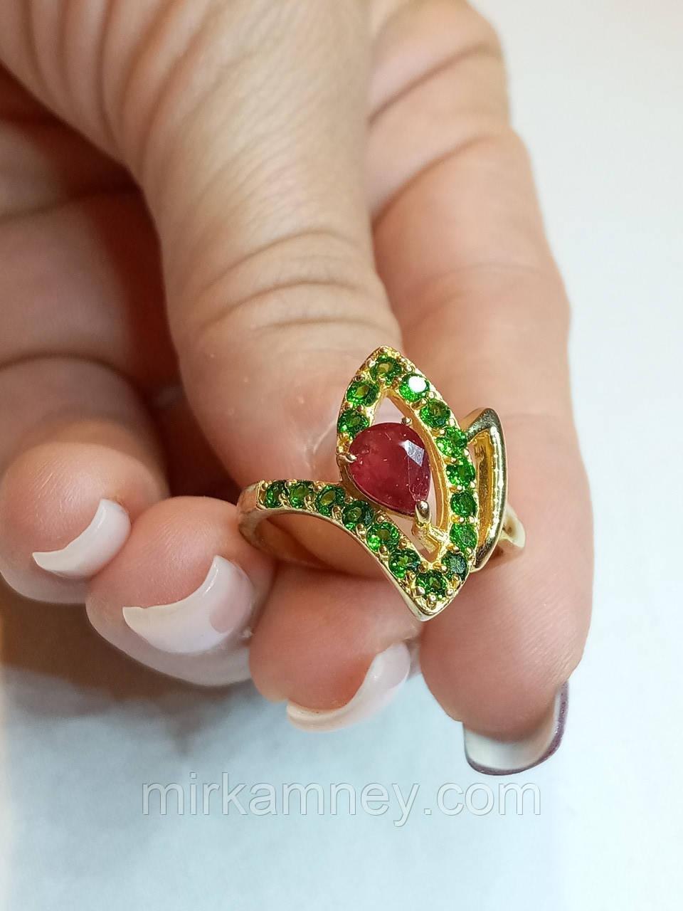 Кольцо натуральный камень Хромдиопсид и Рубин. Размер 17. Серебро 925, позолота 14 карат