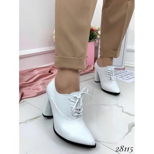 Белые лакованные туфли, закрытые женские туфли на каблуке