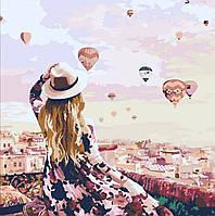 Картина по номерам Девушка с воздушными шарами над городом
