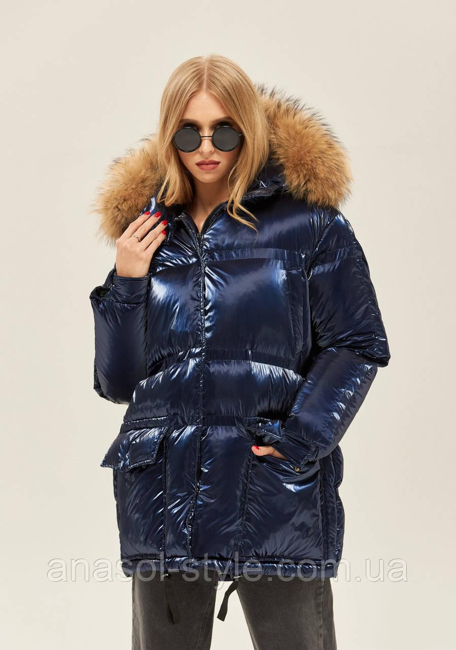 Женская куртка пуховик из глянцевой плащевки гиперсайз с мехом енота синяя