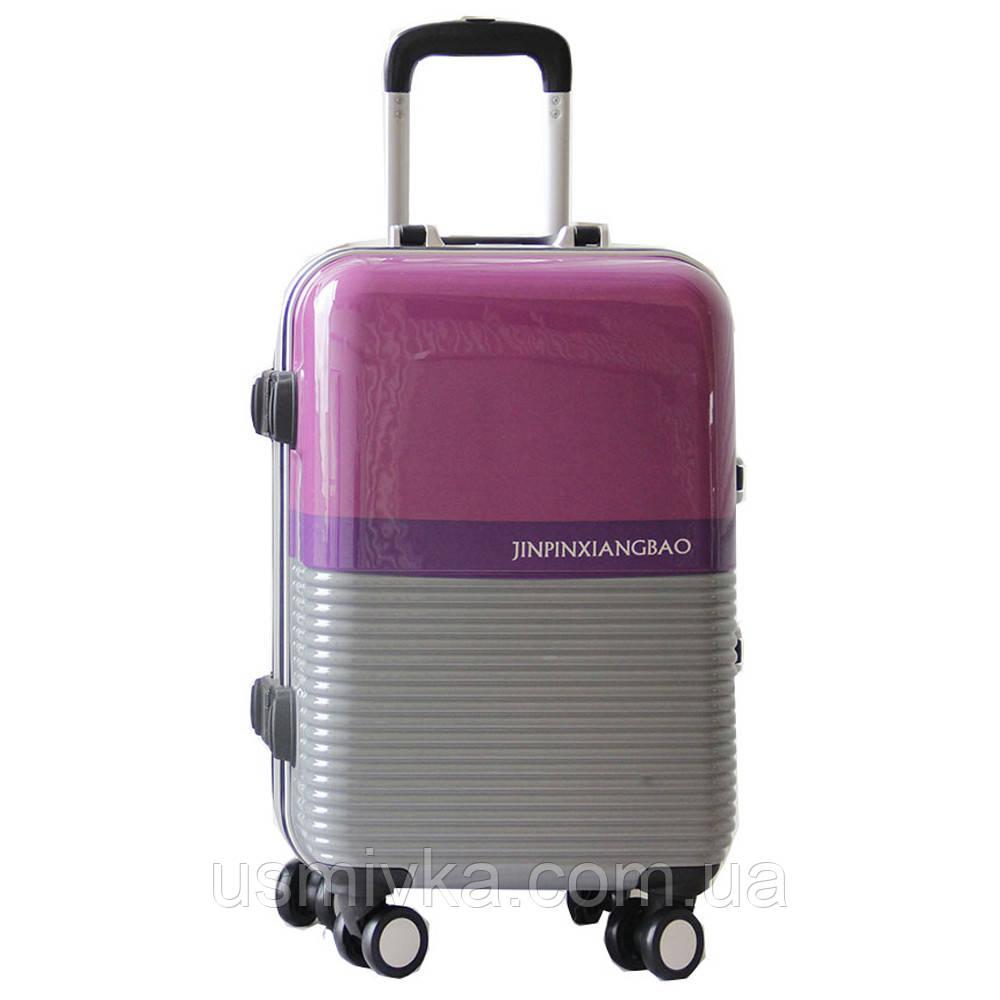Элитный чемодан пластиковый, средний. Имеются косметические микродефекты.