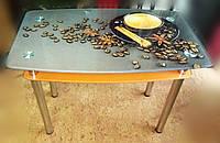 Стеклянный стол с кофейной кружкой на сером фоне