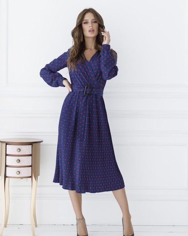 Синее в красный горошек платье с декольте на запах