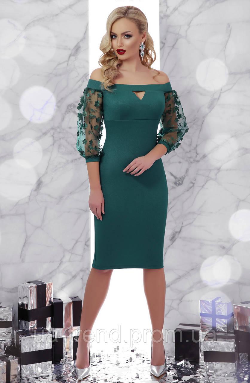 Зелену сукню з відкритими плечима