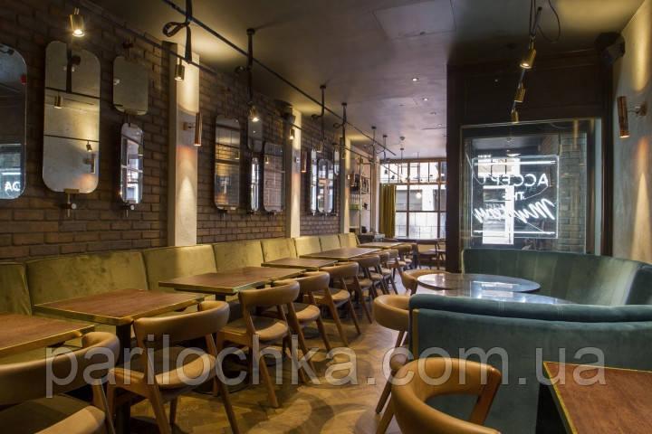 Интерьер гриль-бар с деревянным декором и отделкой из дерева