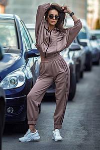 Женский прогулочный костюм в спортивном стиле