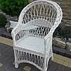 Плетеное кресло из лозы в белом цвете