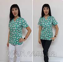 Женский медицинский костюм принт Мопсы на зеленом