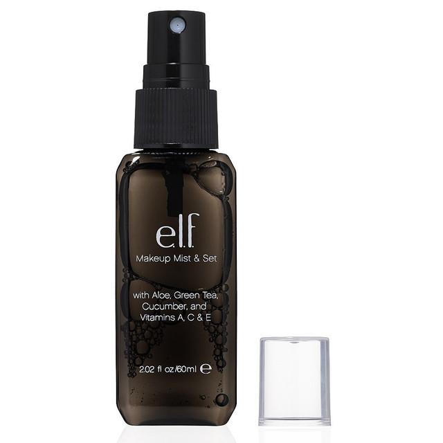 Спрей бесцветный и без запаха прекрасно сохраняет макияж, при этом не ощущается на лице. Средство хорошо увлажняет и успокаивает кожу с помощью ключевых ингредиентов: Алоэ, зеленого чая, огурца и витаминов А, С и Е. Легкий, удобный, не содержащий спирт, спрей улучшает макияж, делает его износостойким и предотвращает увядание цвета.