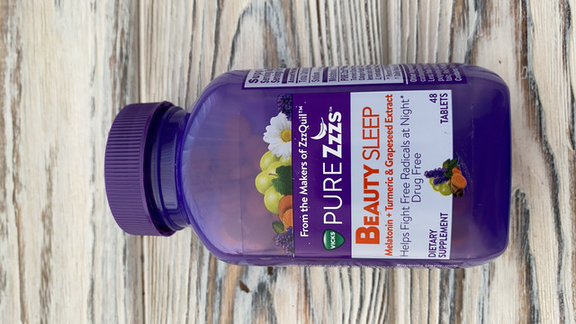 ZzzQuil Pure Zzzs Beauty Sleep Melatonin Gummies, 42 карата, снотворное с имбирем, экстрактом виноградных косточек, ромашкой и лавандой