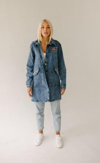Красивая стильная джинсовая курточка свободного кроя