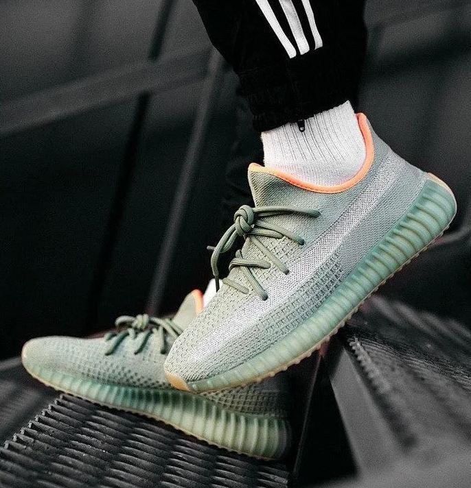 Мужские кроссовки Adidas Yeezy Boost 350 V2 desert sage в стиле адидас изи буст РЕФЛЕКТИВ (Реплика ААА+)