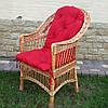 Плетеное кресло из лозы в комплекте из подушкою красного цвета