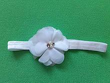 Детская повязка с цветком белая - размер цветка 6,5см, размер универсальный (на резинке)