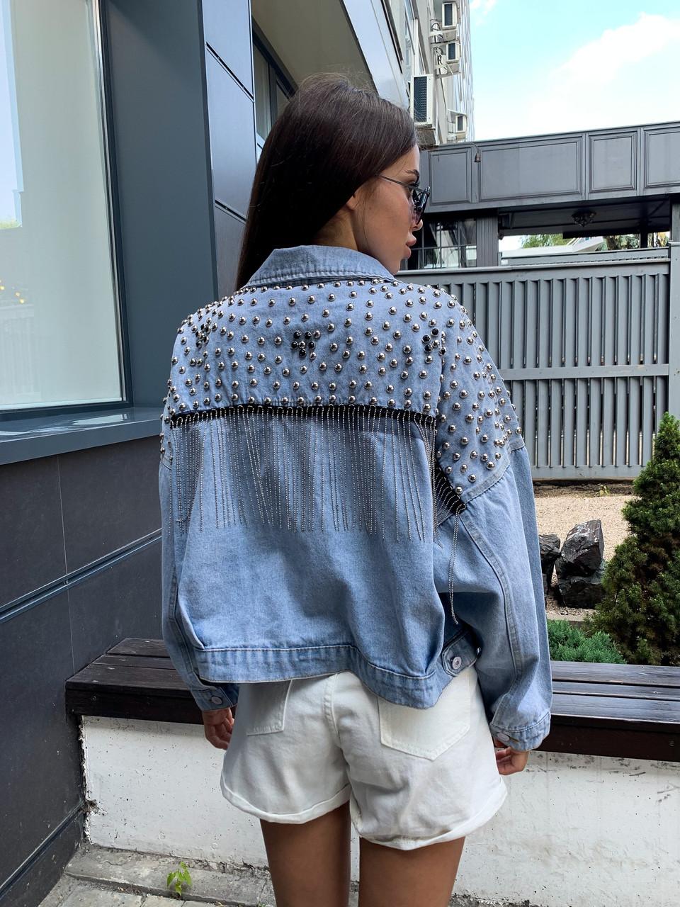 Укороченная куртка джинсовая с цепочкой и клепками на спине