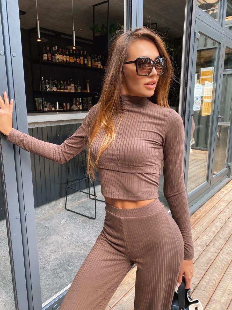 Женский брючный костюм из трикотажа лапши с укроченным гольфом и брюками клеш 36101100