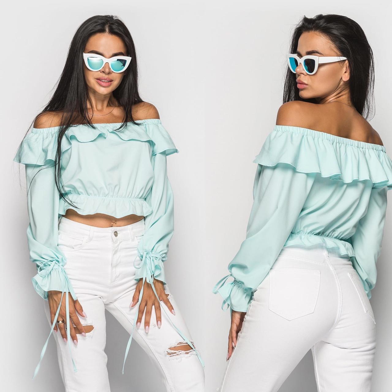 Женская блуза из софта с открытыми плечами и оборками 4bir385