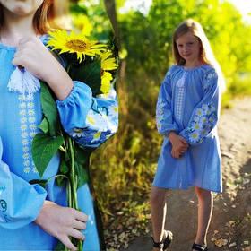 Дитяче вишите плаття на блакитному льон