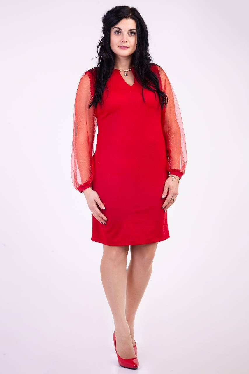 Модное платье красного цвета украшенное кулоном