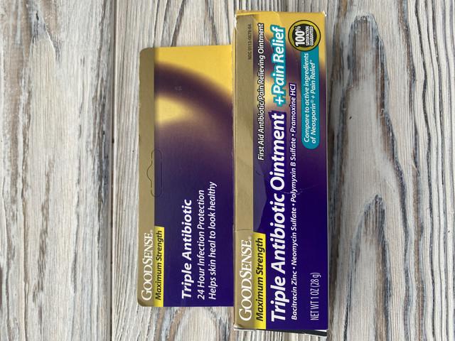 Мазь с тройным антибиотиком GoodSense максимальной силы плюс обезболивающее, успокаивает болезненные порезы, царапины и ожоги, предотвращая инфекцию, 1 унция