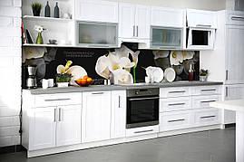 Виниловый кухонный фартук Белые Каллы декоративная пленка наклейка скинали ПВХ цветы на Черном фоне 600*2500