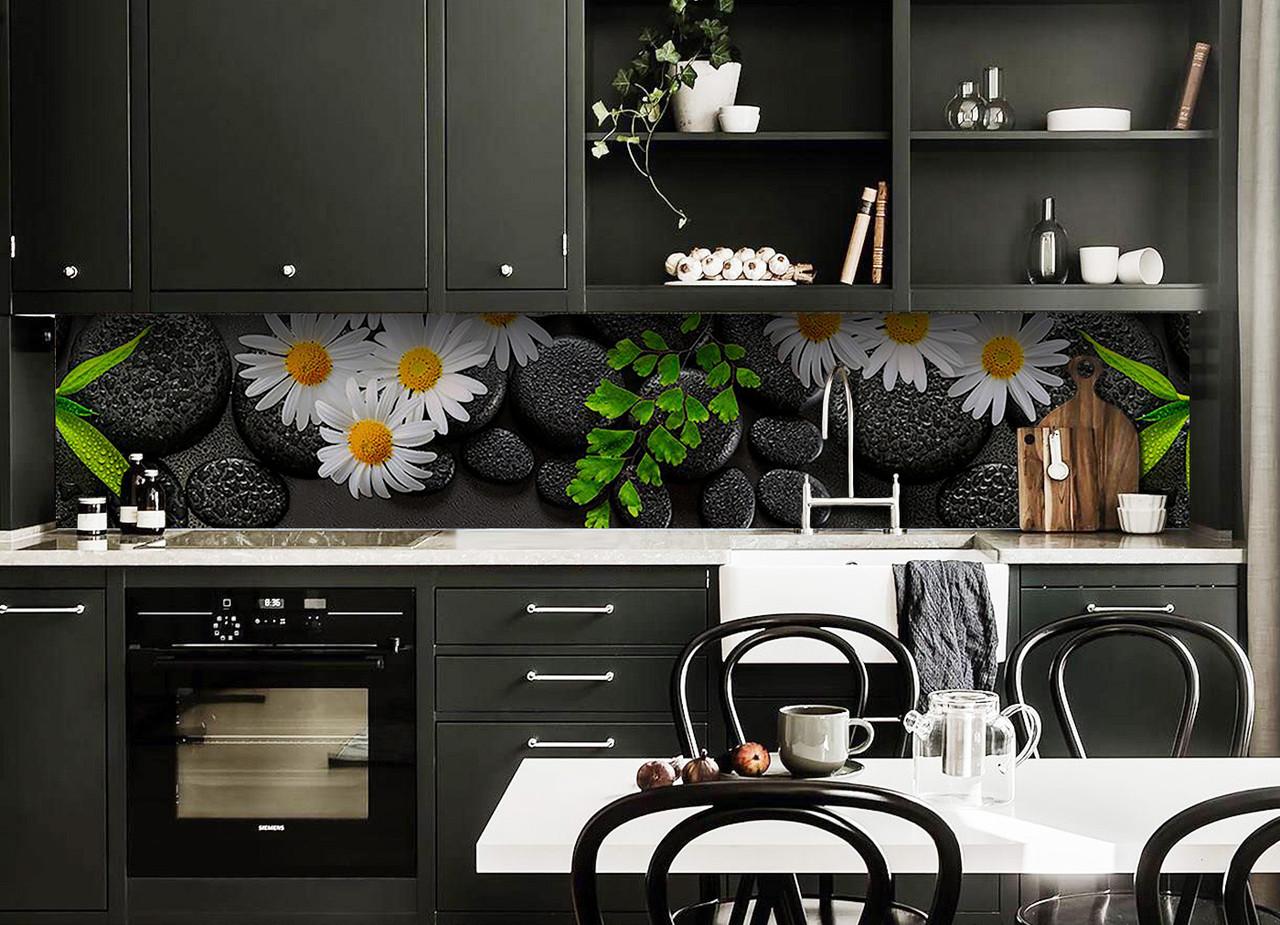 Виниловый кухонный фартук Ромашки и черные Камни (виниловая наклейка скинали ПВХ) цветы на черном фоне 600*2500 мм