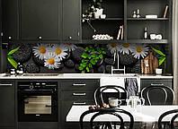 Виниловый кухонный фартук Ромашки и черные Камни (виниловая наклейка скинали ПВХ) цветы на черном фоне 600*2500 мм, фото 1
