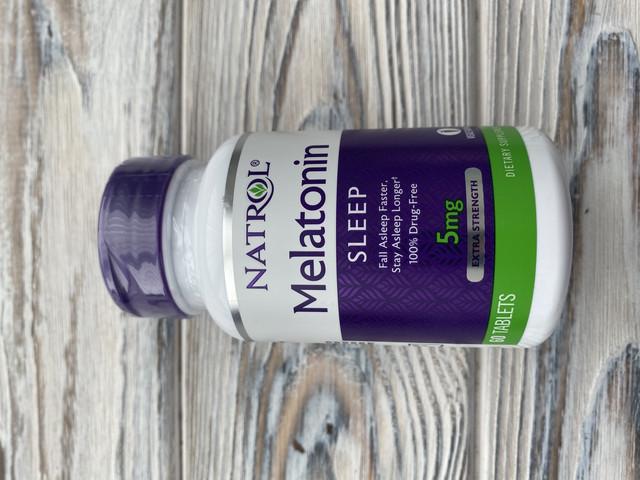 Natrol Мелатонин в таблетках с быстрым растворением, помогает быстрее заснуть, дольше спать, легко принимать, растворяется во рту, более быстрое всасывание, максимальная сила, клубничный вкус, 5 мг