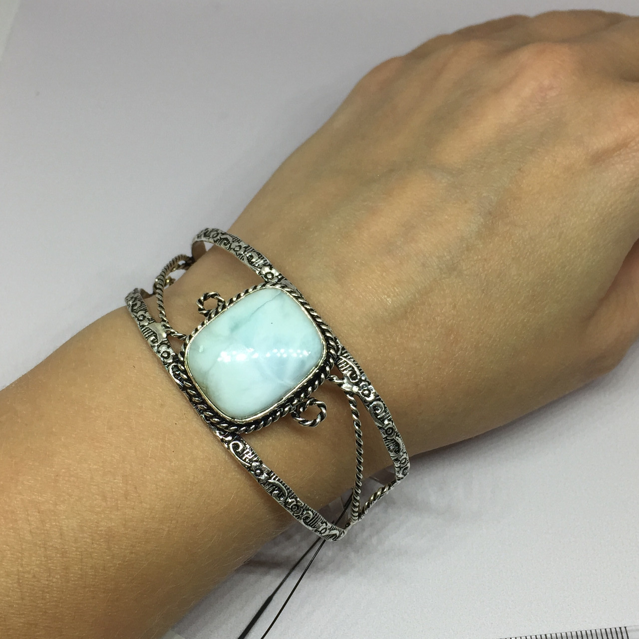 Ларимар браслет с ларимаром браслет-манжет с камнем ларимар (Доминикана) в серебре.
