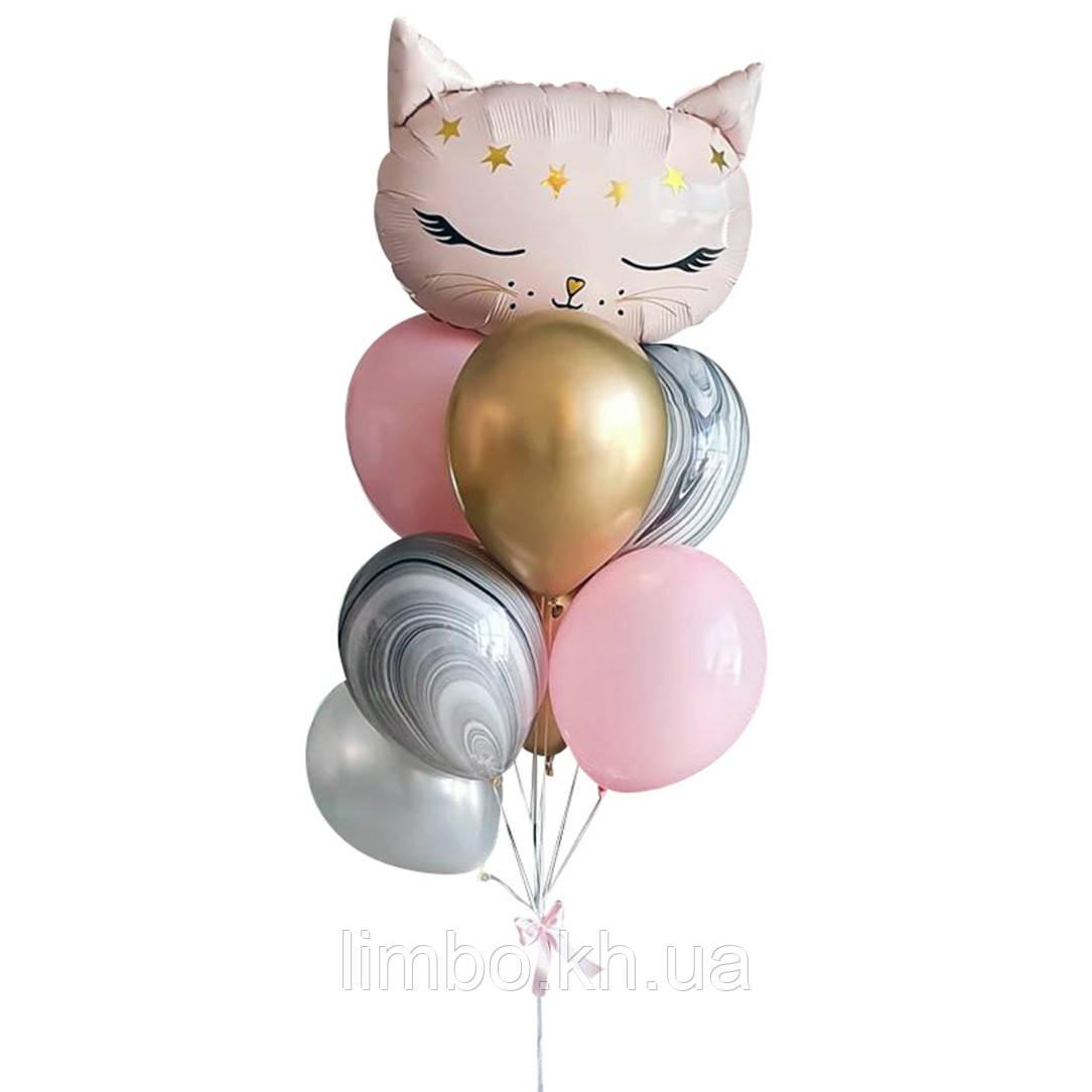 Кулі на ін дівчинці з фігурою кішечка