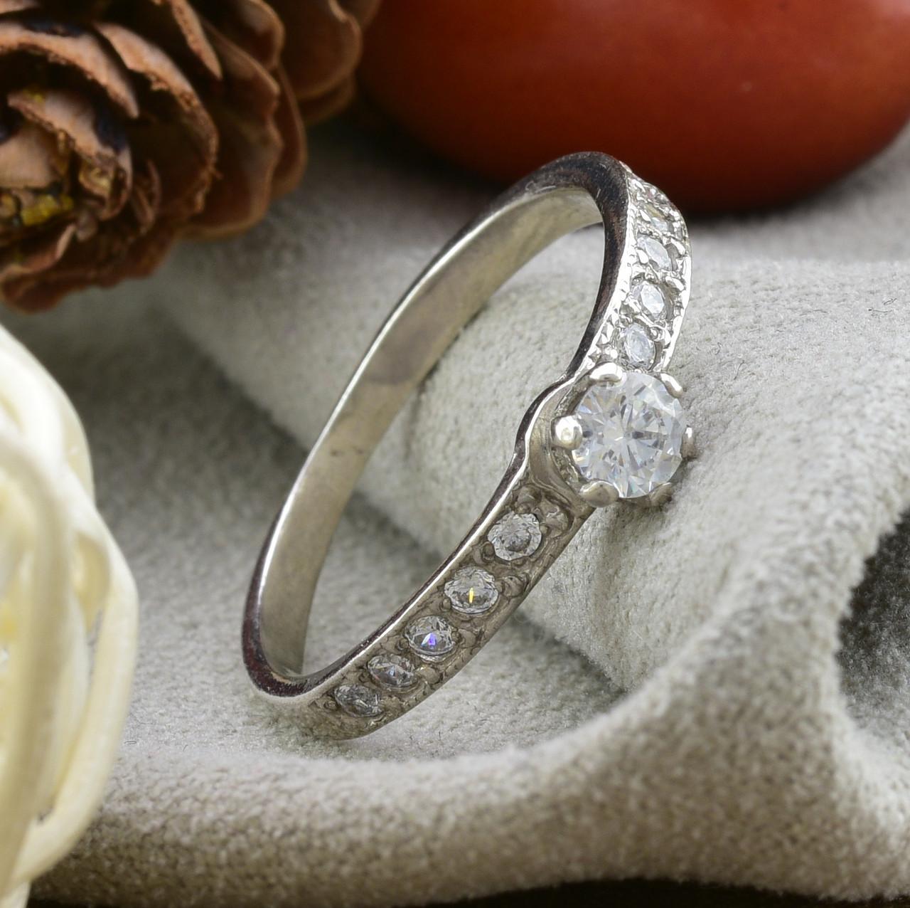Серебряное кольцо Невеста вставка белые  фианиты вес 1.2 г размер 17