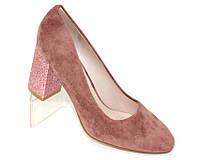 Пудровые замшевые женские туфли на каблуке