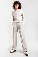 Женский уютный комплект, состоящий из джемпера и прямых брюк, выполнен из мягкого и теплого кроеного трикотажа
