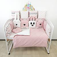 Комплект бортиков и постельного в кроватку с вышитыми игрушками в нежно-пудровых тонах.