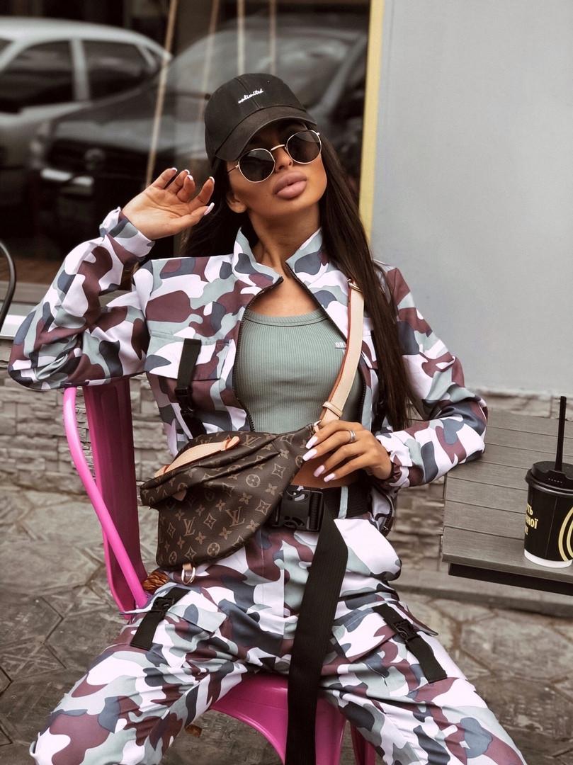 Женский брючный костюм милитарми с мастеркой на молнии и штанами джоггерами vN9698