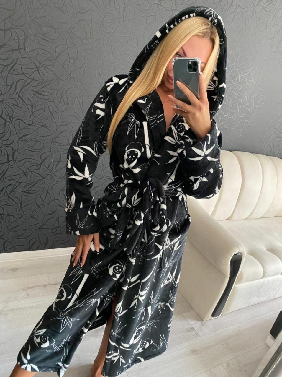 Теплый женский длинный махровый халат с капюшоном черного цвета