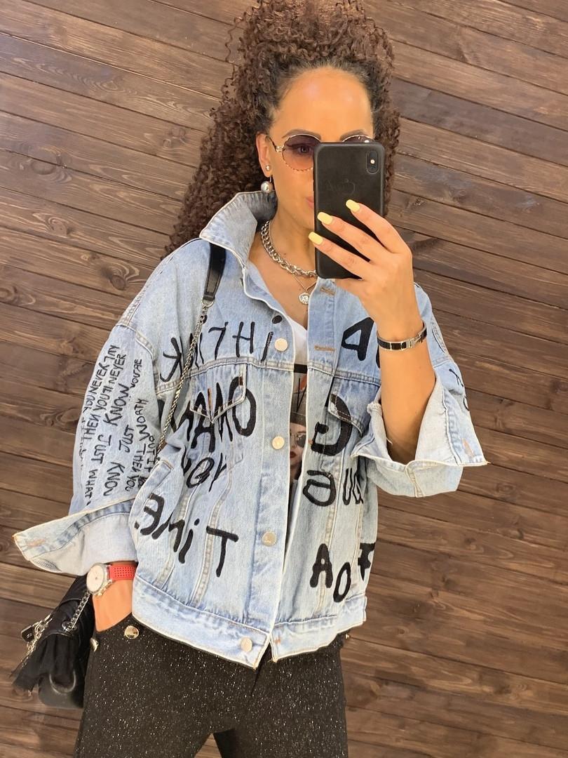 Модная женская джинсовка с принтом
