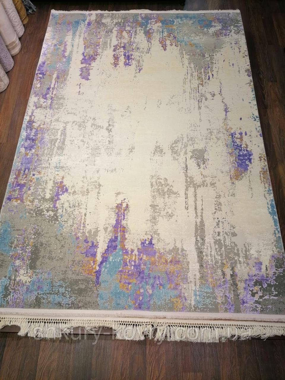 Яркий, необычный сиренево фиолетовый ковер с серым и белым цветом